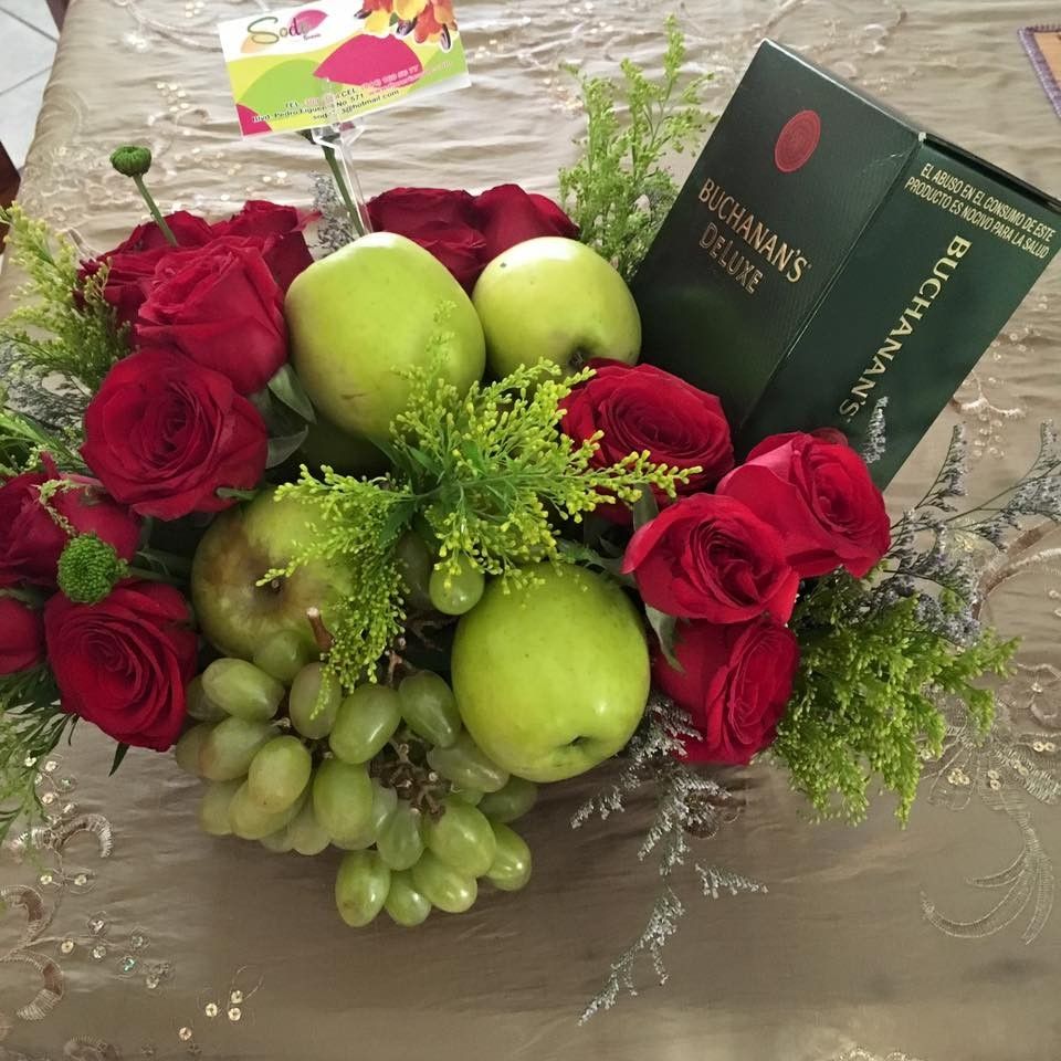 Frutas  flores y botella