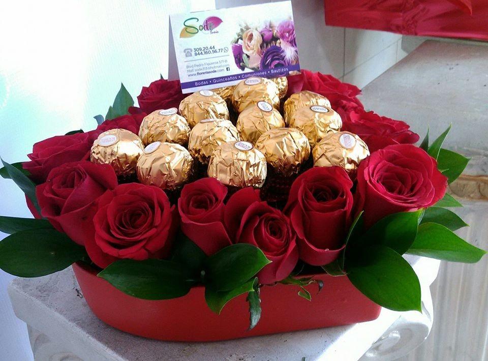 corazon  con  rosas y  chocolates mediano