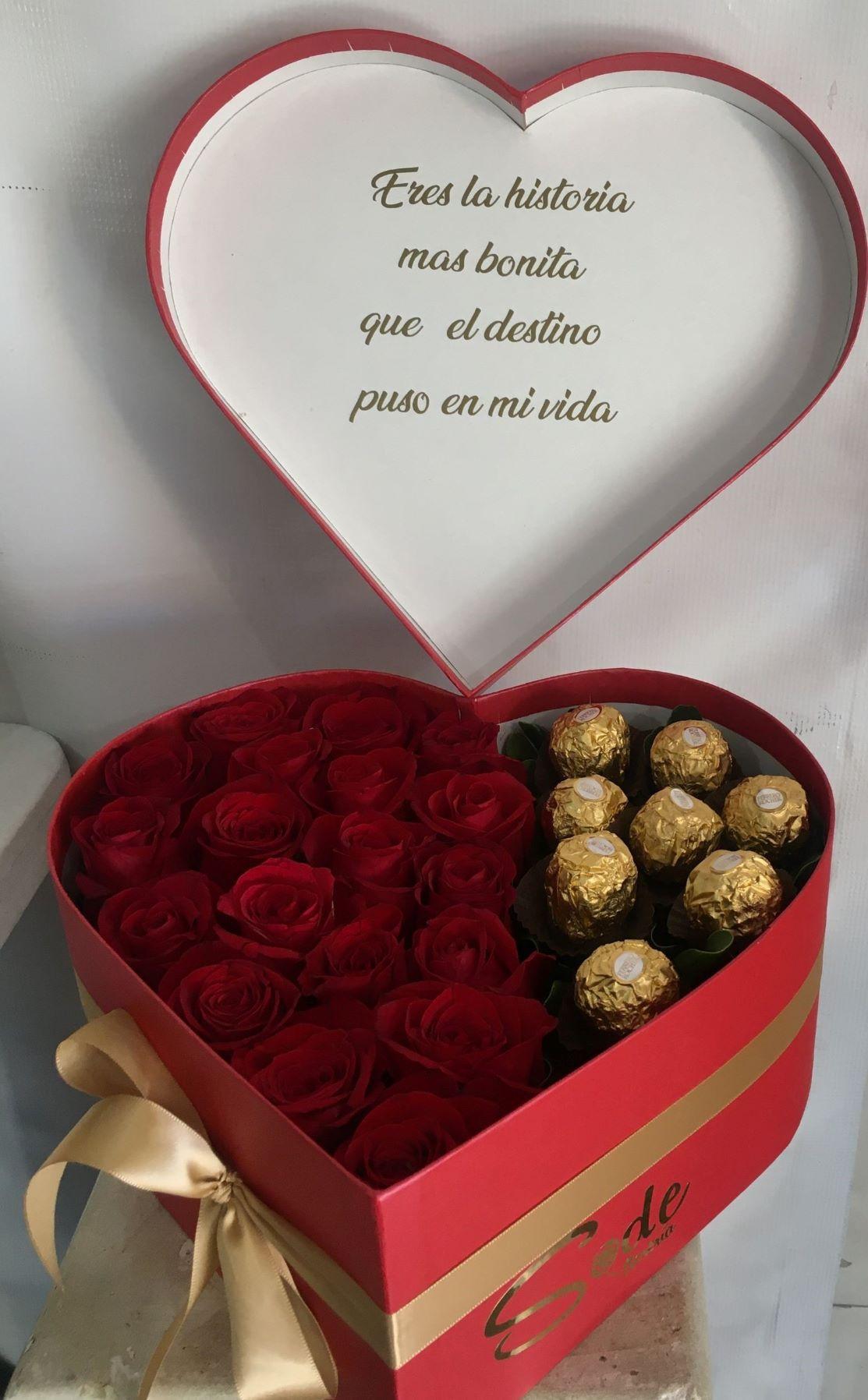 corazón con rosas y  chocolates en caja