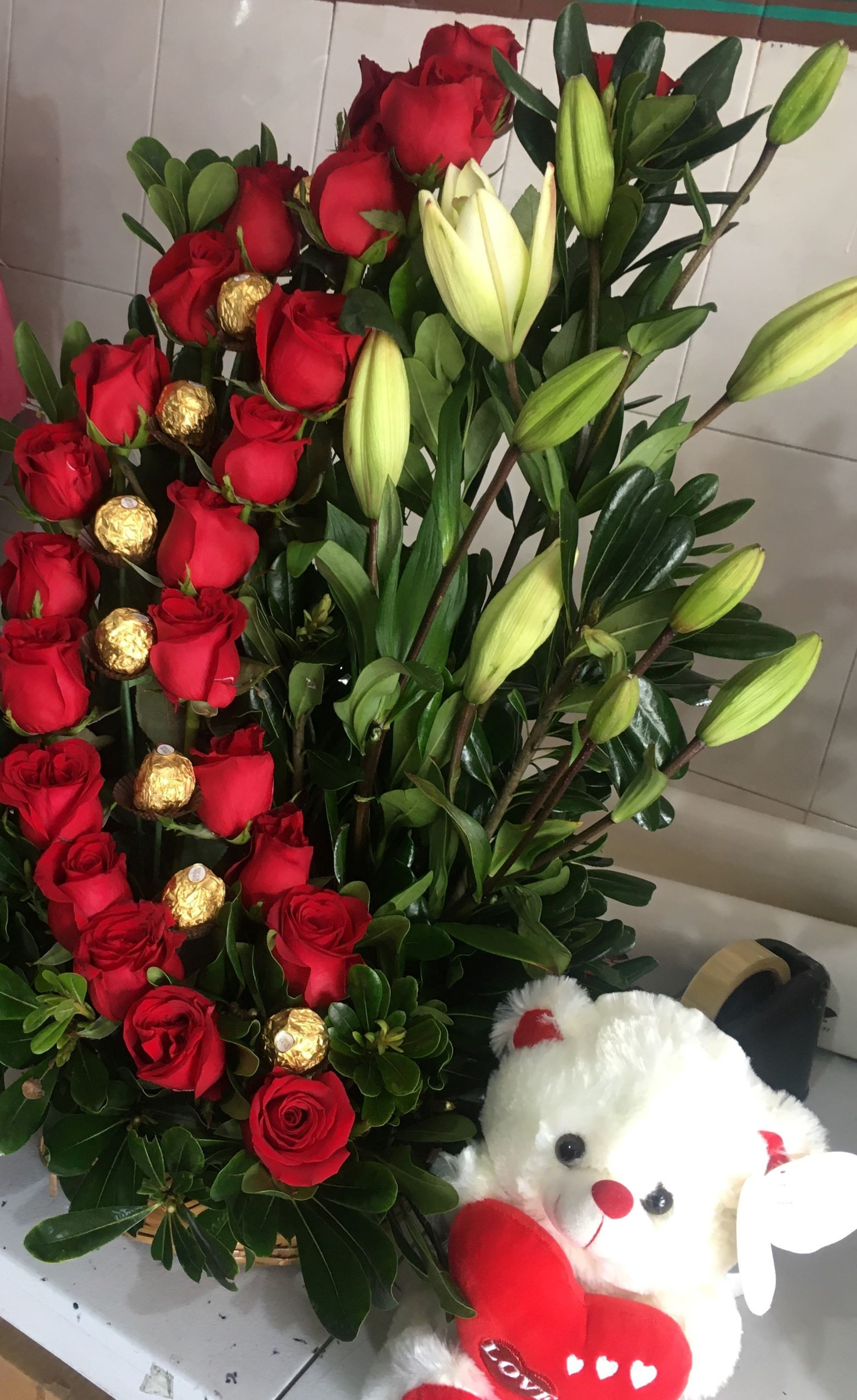 tradicional de  24  rosas y chocolates  con  osito
