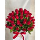 caja  blanca  con 70 rosas  rojas