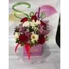 Caja con rosas, margaritas, clavel y alstroemeria