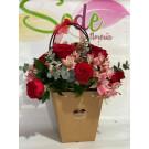 Bolsa floral con rosas, alstroemerias y dolar