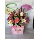 Caja con rosas, alstroemerias, margaritas, estatice