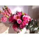 Cajita con perritos rosas y gerberas