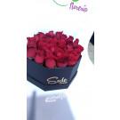 Caja hexagonal de rosas