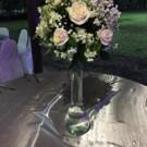 Centro  de mesa  alto  con  alelhy y  rosas