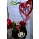 cajita  floral con  flores  peluche chocolates y globos