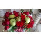 arreglo de  frutas  rosas  y  botella de vino
